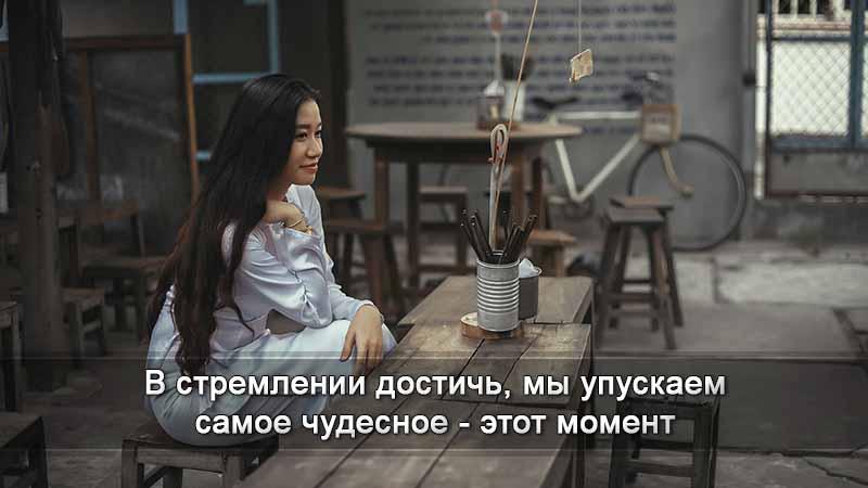 Девушка за деревянным столом