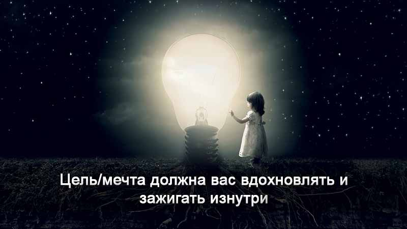 девочка у лампочки в темноте