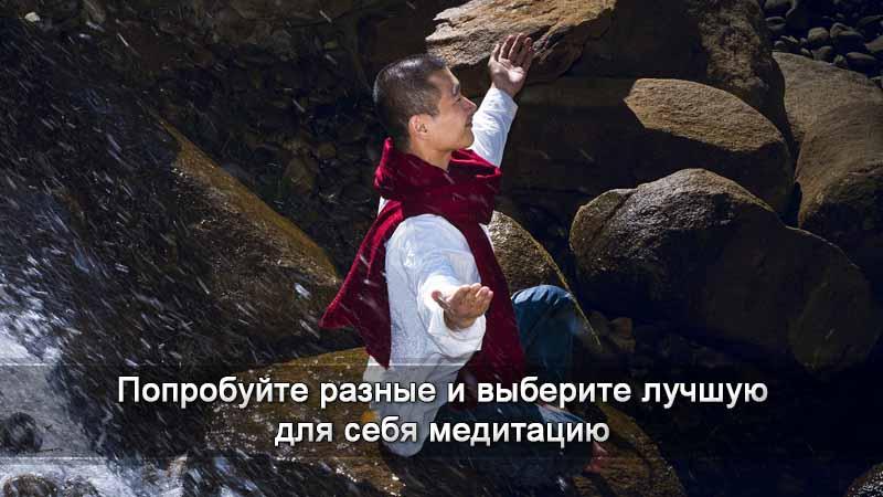 Мужчина сидит на камнях у реки