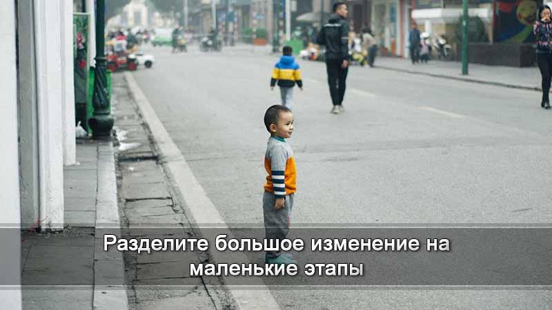 мальчик на обочине дороги