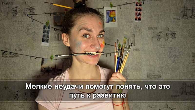девушка с художественными кистями