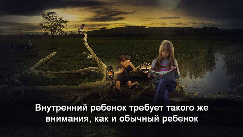 Девочка читает книгу ребенку